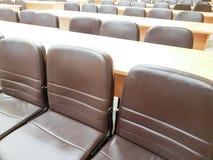 Schließen Sie herauf leeren Stuhl im Konferenzsaal Stockfotos