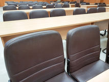 Schließen Sie herauf leeren Stuhl im Konferenzsaal Stockbilder