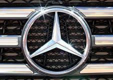 Schließen Sie herauf Logo von Mercedes Benz auf Stoßdämpfer Lizenzfreies Stockbild