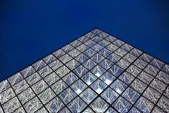 Schließen Sie herauf Louvreglaspyramide im Hintergrund des bewölkten Himmels, Paris, Frankreich stockbilder