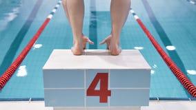 Schließen Sie herauf männliches Schwimmertauchen der hinteren Ansicht der Füße Berufsoder das Springen vom Block in Swimmingpool stock video footage