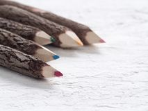 Schließen Sie herauf Makroschuß von den Farbbleistiften, die vom Naturholz auf den Schmerz hergestellt werden Lizenzfreie Stockfotografie