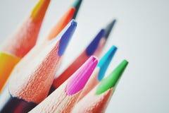 Schließen Sie herauf Makroschuß von Farbbleistiftstapel-Bleistiftspitzen Stockfotografie