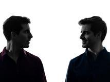 Schließen Sie herauf Mannzwillingsbruder-Freundschattenbild des Porträts zwei stockbilder