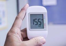 Schließen Sie herauf medizinisches Gerät, digitaler Handblutzuckertestgebrauch, geduldigen Blutzucker oder Krankenhaus zu Hause z lizenzfreie stockbilder