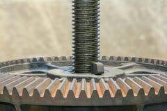 Schließen Sie herauf Metallmechanischen Gang auf dem Schleusentor rostiger Zahnradhintergrund lizenzfreie stockbilder