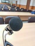 Schließen Sie herauf Mikrofon auf HintergrundVorlesungssal Stockfoto