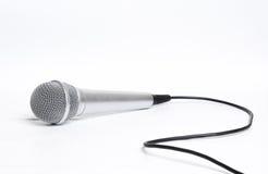 Schließen Sie herauf Mikrofon auf weißer Tabelle stockfotografie