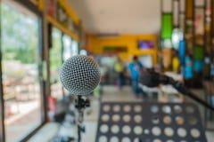 Schließen Sie herauf Mikrofon bei der Konferenz im Restaurant Lizenzfreie Stockbilder
