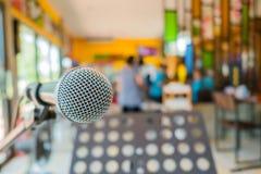 Schließen Sie herauf Mikrofon bei der Konferenz im Restaurant Stockfotos