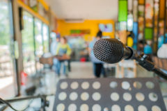 Schließen Sie herauf Mikrofon bei der Konferenz im Restaurant Lizenzfreies Stockfoto