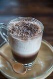 Schließen Sie herauf Milch-Kakao Smoothie im Glas auf hölzerner Tabelle Lizenzfreies Stockfoto