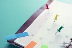 Schließen Sie herauf Monatsplaner mit Stift lizenzfreies stockbild