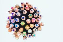 Schließen Sie herauf nahtlose farbige Bleistifte rudern lokalisiert auf weißem Hintergrund Lizenzfreie Stockfotos