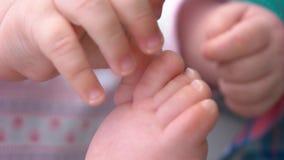 Schließen Sie herauf neugeborene Babyfüße stock video footage