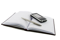 Schließen Sie herauf Notizbuch, Feder und Handy stockbilder