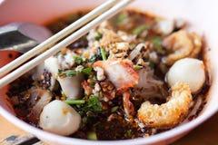 Schließen Sie herauf Nudeln mit gekochter heißer und saurer Suppe des Schweinefleisch Stockfotos