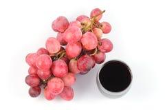 Schließen Sie herauf Oberseitetraubenfrucht und Glas Saft Stockbilder
