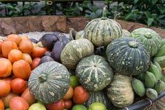 Schließen Sie herauf Obst und Gemüse auf Korb Stockbild