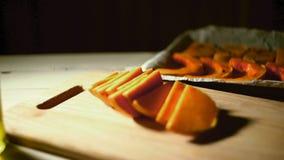 Schließen Sie herauf Olivenölflasche auf Tabelle Gesunde Nahrung Kürbisstücke stock video