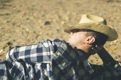 Schließen Sie herauf portarit des jungen Mannes sich entspannen und genießen auf dem Ozeanstrand einen zufälligen Lebensstil lizenzfreies stockfoto