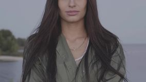 Schließen Sie herauf Porträt attraktiven Frau Brunette auf Seehintergrund stock video footage