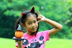 Schließen Sie herauf Porträt der asiatischen Mädchengriff-Kürbispuppe Stockfotos