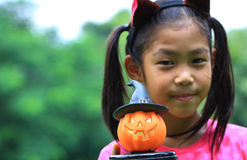 Schließen Sie herauf Porträt der asiatischen Mädchengriff-Kürbispuppe Lizenzfreie Stockfotos