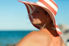 Schließen Sie herauf Porträt der Frau im orange Kleid auf Seestrand stockbilder