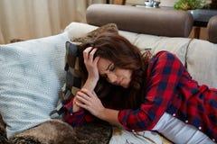 Schließen Sie herauf Porträt der Frau mit Kopfschmerzen lizenzfreie stockfotos