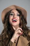 Schließen Sie herauf Porträt der jungen erwachsenen Frau, die mit dem Finger unter ihrem Kinn lacht Lizenzfreies Stockbild