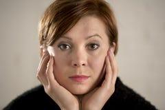 Schließen Sie herauf Porträt der jungen süßen und recht roten Haarfrau, die traurig und im drastischen Gesichtsausdruck deprimier Lizenzfreie Stockfotos