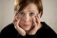 Schließen Sie herauf Porträt der jungen süßen und recht roten Haarfrau, die traurig und im drastischen Gesichtsausdruck deprimier Stockbilder