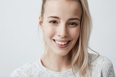 Schließen Sie herauf Porträt der jungen schönen Frau mit dem angemessenen geraden Haar in der tragenden Freizeitbekleidung des Pf Lizenzfreie Stockfotos