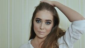 Schließen Sie herauf Porträt der jungen schönen sexy Frau mit dem gelockten Haar des langen Brunette, das gegen Architekturhinter stock video