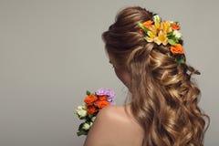 Schließen Sie herauf Porträt der jungen Schönheit mit Blumen Stockfotos