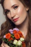 Schließen Sie herauf Porträt der jungen Schönheit mit Blumen Lizenzfreie Stockbilder