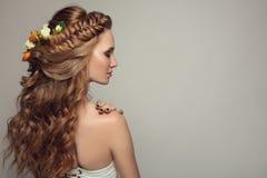 Schließen Sie herauf Porträt der jungen Schönheit mit Blumen Lizenzfreie Stockfotos