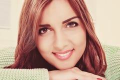 Schließen Sie herauf Porträt der schönen jungen glücklichen lächelnden Frau stockfotos
