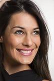 Schließen Sie herauf Porträt der schönen jungen glücklichen lächelnden Frau stockfoto