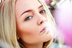 Schließen Sie herauf Porträt der Schönheit mit blauen Augen und gesund Stockfotografie