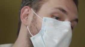 Schließen Sie herauf Porträt der tragenden Maske des Zahnarztes während der Operation stock video footage