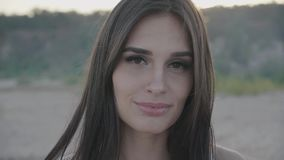 Schließen Sie herauf Porträt des attraktiven Frauenlächelns Nahaufnahme des glücklichen Brunette stock video footage