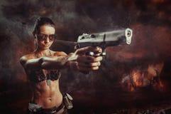 Schließen Sie herauf Porträt des Aufstandmädchens mit dem Gewehrzielen Stockbild