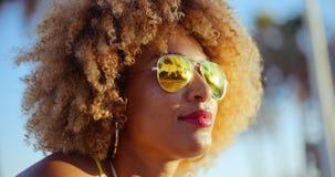 Schließen Sie herauf Porträt des exotischen Mädchens mit Afro-Haarschnitt stock video footage