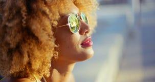 Schließen Sie herauf Porträt des exotischen Mädchens mit Afro-Haarschnitt stock footage
