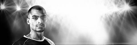 Schließen Sie herauf Porträt des Fußballspielers gegen Blitzlicht Stockbilder