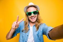 Schließen Sie herauf Porträt des glücklichen Hippies, den Mann in den Sommergläsern mit ist Lizenzfreies Stockbild