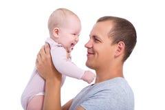 Schließen Sie herauf Porträt des glücklichen jungen Vaters, der Baby isolat hält Lizenzfreie Stockfotografie