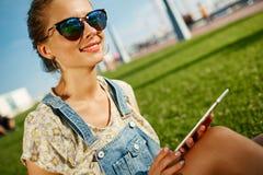 Schließen Sie herauf Porträt des jungen blonden Mädchens mit Kaffee und Tablette Stockfotografie